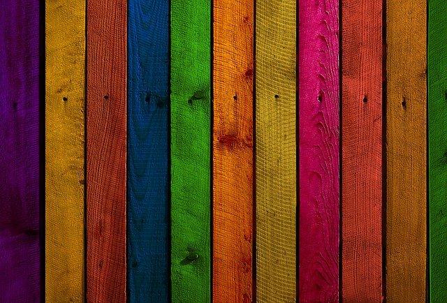 Farba na drevo exteriér a jej nanášanie na plot je z času na čas skutočne potrebné