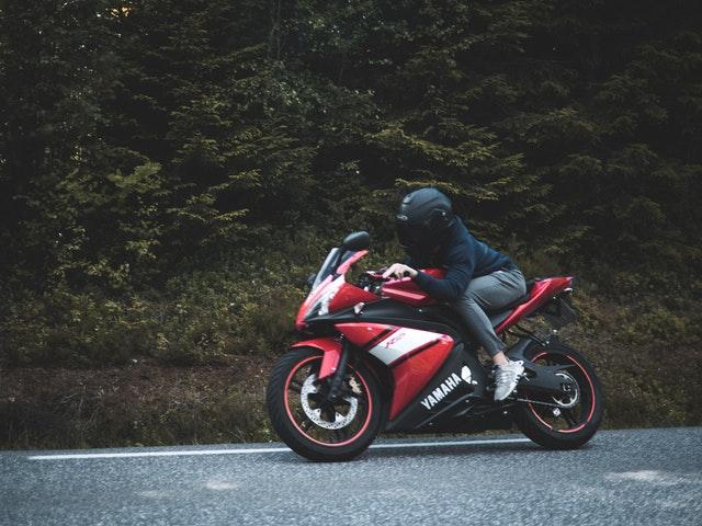 Jazdec na červenej motorke Yamaha, čierna moto prilba.jpg