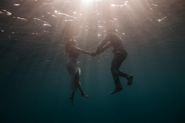 Muž a žena, vo vode, hĺbka, láska.jpg