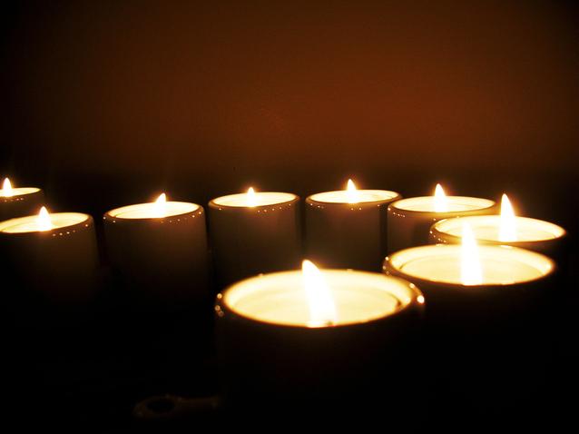 Veľa zapálených sviečok